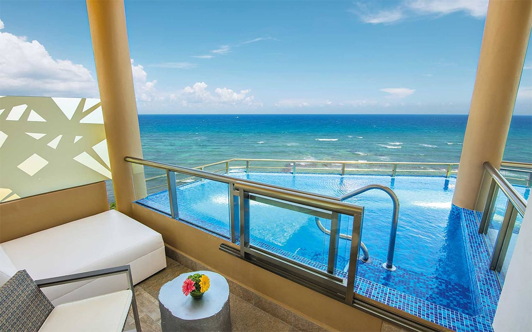 Infinity pool on the balcony at El Dorado Seaside Suites
