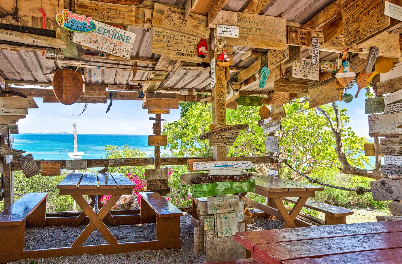 The Outhouse bar & grill offers a casual menu and panoramic views of the resort and sea from its hilltop location.
